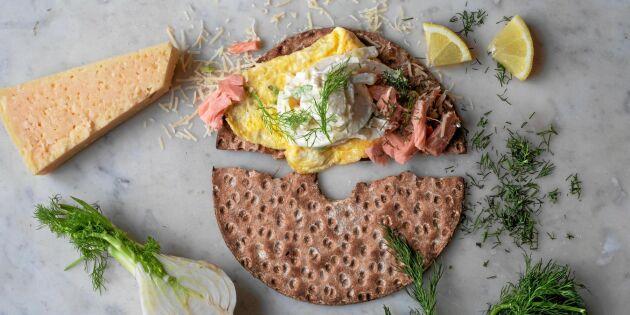 Knäcke med ostomelett och varmrökt fisk