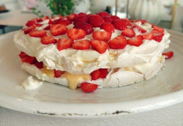 Det här marängtårtan med vaniljkräm är en given succé på sommarkalaset.