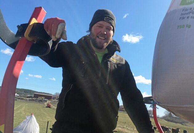Edvin Lennartsson, 14:e generationen på Torp, har fullt upp med vårbruket.