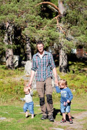 Under sommaren på fäboden blir livet enklare och familjen kommer varandra nära. Här går pappa Olle på promenad med två av sönerna, Milo och Sid.