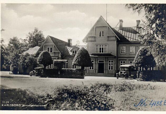 Karlsborgs station på 1930-talet med formklippta träd.