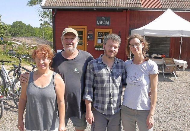 Christel, Hans, Mario och Yvette Wenzel hjälps åt hemma på gården.