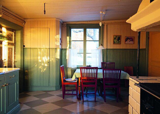 Ett varsamt renoverat kök med karaktär av tidigt 1900-tal i prästgård från 1770.