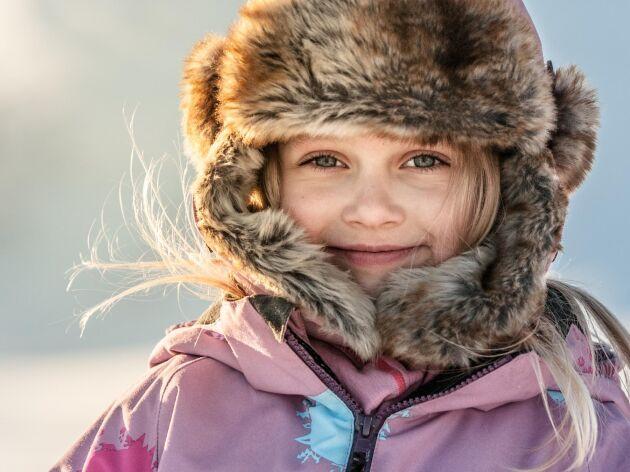 Kyla betyder härlig snö i pulkabackar och skidspår, men den kan också betyda värkande kalla kroppsdelar och oro för köldskador.