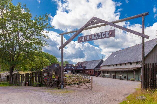 Stor skylt välkomnar besökarna till JA Ranch i småländska Gunghult.