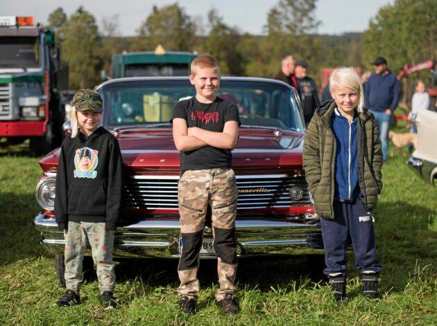 Även andra gamla fordon, som last- och brandbilar visades upp, som och amerikanare som denna som Leo Dahl, Jakob Persson och Loke Dahl står framför.