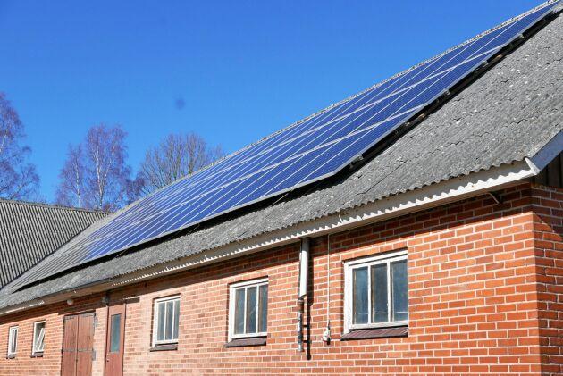 Solcellsanläggningen på taket är en av allt fler runt om i landet. De senaste åren har solkraften ökat kraftigt. – Jag tycker det känns väldigt bra att mitt lantbruk kan producera el på ett så bra sätt, säger Carl Jonson.