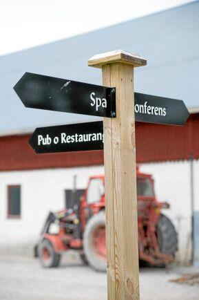 Det gäller att ha tydliga skyltar på gården så att alla besökare hittar rätt.