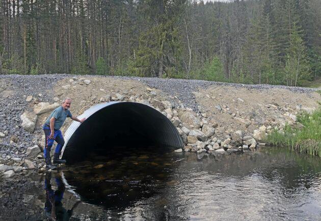 Skogsägaren Mikael Hugoson vid den nybyggda valvbågen.